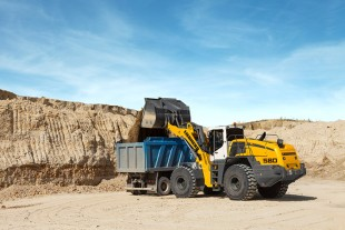 The Liebherr L 580 wheel loader impresses in rehandling with its minimal fuel consumption. It consumes up to 25 percent less fuel compared with conventional wheel loaders under the same conditions.