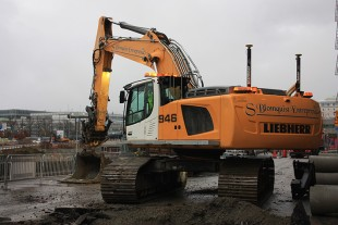 With various tools and a tilt rotator, the Liebherr R 946 crawler excavator is a versatile machine on the building site.