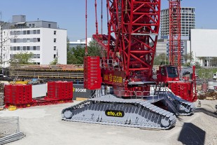 Ballast with gap: The derrick ballast plate with recess for the VarioTray can be seen clearly on the left. The VarioTray ballast is located on the right behind the crane.