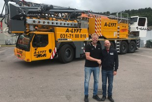Erik Behrens, Managing Director of the Liebherr dealer ALFAB, hands over the MK 140 to Stefan Ekstam, Managing Director of A-Lyft.