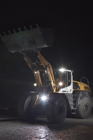 Adaptive working lighting is available at the customer's request for all XPower® wheel loaders. The extra LED headlight on the front improves lighting conditions when the equipment is raised.