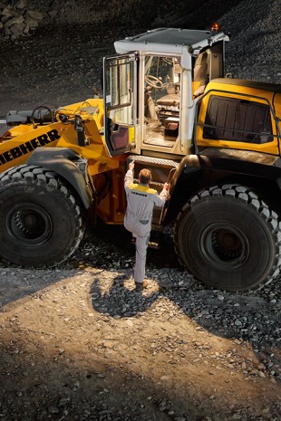 The Liebherr remote control key automatically activates the lighting when the cab door is opened. The machine operator can enter the cab safely and comfortably, even in the dark.