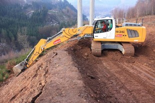 The adjustable boom increases the reach of the R 936 and thus the productivity, particularly when working on slopes and embankments.