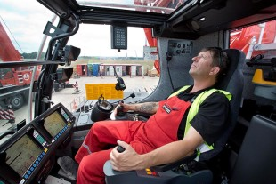 Relaxed: Sven Jakobs works hand in hand with his colleague Heiner Kluck in the large driver's cabin of the new crane.