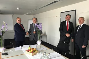Michael Wellenzohn (Deutz), Claude Ambrosini (Liebherr), Dr. Frank Hiller (Deutz) and Rudolf Ellensohn (Liebherr) signing a cooperation agreement in Zurich (Switzerland)