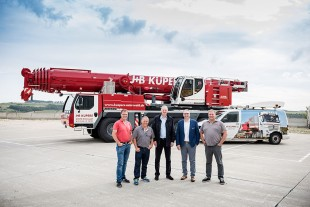 From left to right: Guido Boll, Wilfried Geerties, Joachim Küpers (all from J+B Küpers GmbH), Christoph Neumann (Liebherr-Werk Ehingen GmbH), Guido Meyerink (J+B Küpers GmbH)