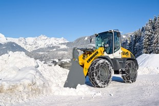 Light material bucket, snow chains and a grit spreader at the rear – the new Liebherr L 514 Stereoloader® is a versatile all-rounder for winter service