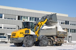 The new L 518 Stereoloader® loading snow into an HGV.