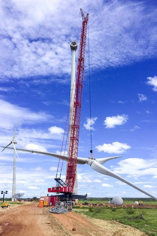 The used Liebherr LR 1600/2-W crawler crane operated by I.V. Guindastes hoists the 65 tonne rotor star.