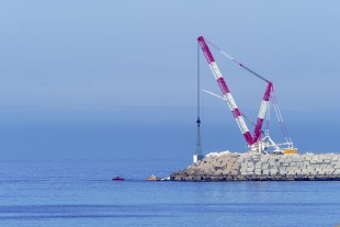 The Liebherr LR 11000 crawler crane owned by Transportes y Grúas Aguado moves concrete blocks weighing up to 180 tonnes at the port of Coruña.