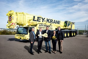 From left to right: Erich Schneider, Dr. Ulrich Hamme (both from Liebherr-Werk Ehingen GmbH), Markus Ley, Helenice Ley, (both from Ley-Krane), Florian Maier (Liebherr-Werk Ehingen GmbH)