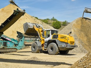 Willy Dohmen refines raw materials into high-grade construction materials. To this end, Liebherr wheel loaders feed the processing facilities.