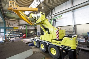A free view – the elevating cabin gives the crane driver better visibility and thus enables him to work safely when slewing and hoisting the load.