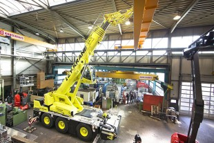 Made it – this photograph clearly shows the constricted space and very small distance to the ceiling. An ideal crane job for the LTC 1050-3.1.