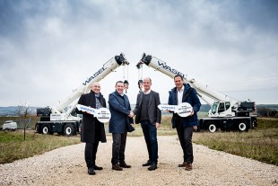 In the picture from left to right: Erich Schneider, Christoph Kleiner (both Liebherr-Werk Ehingen GmbH), Matthias Wasel (Managing Director WASEL GmbH) and Dieter Walz (Liebherr-Werk Ehingen GmbH) at the symbolic handover of the keys