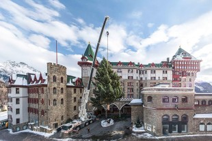 The Liebherr LTM 1060-3.1 operated by Nicol. Hartmann & Cie. erects the 12-meter Christmas tree in front of the Badrutt's Palace luxury hotel in St. Moritz.