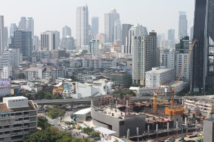 Two Liebherr luffing jib tower cranes in Bangkok at the Samyan Mitrtown project.