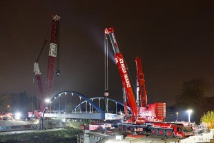 Almost there – the LTM 1450-8.1 can be seen in the foreground during the last phase of the bridge installation. The SPMT can just be seen between the mobile cranes and the abutment.