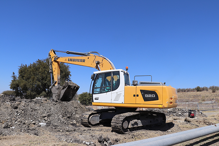 Three Liebherr R 920 crawler excavators deployed in South African