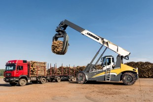 Unloading of a wood transporter by the reachstacker LRS Log Handler.
