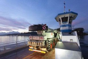 On its way – the cargo ferry crossed Chiemsee to Herreninsel with the mobile crane on board before dawn.