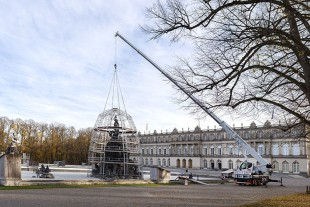 A royal backdrop – the LTM 1060-3.1 places the dome for the scaffold construction over one of the two large fountains in front of the impressive facade of Herrenchiemsee Palace.