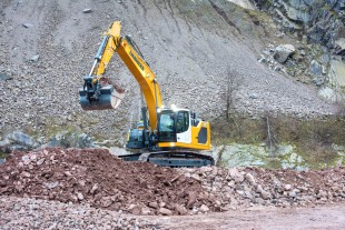 The R 930 is a brand new model designed to satisfy the market requirements for 30-tonne excavators.