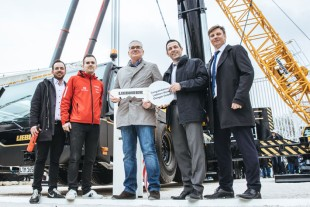 Kai Langer, Tim Langer and Uwe Langer of Riga Mainz as well as Joachim Sommer and Johannes Metzger of Liebherr at the handover of the key.