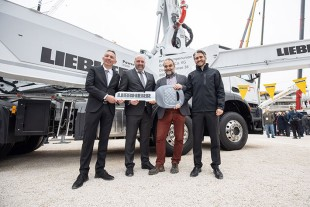 Family shareholder Philipp Liebherr, together with Managing Director Mark Figel and Product Manager Tobias Waitzinger from Liebherr-Mischtechnik GmbH in Bad Schussenried hand over the new truck-mounted concrete pump 42 M5 XXT to Christian Klafszky, Managing Director of Betonpumpenunion GmbH & Co. KG.