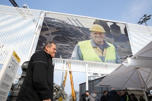 Service technician Jörg Schürkämper at the premiere of his own video clip at Bauma.