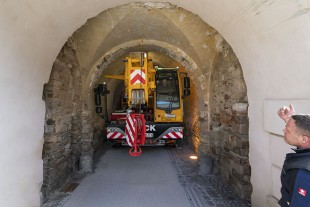 A tricky section – with great support from vehicle marshals, Thomas Berg steers his Liebherr cranes safely through the 25 metre tunnel.