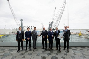 Port CEO Dennis Jul Pedersen (fourth from left) and Technical Director Henrik Theilgaard (fifth from left) signed the purchase agreement for the new mobile harbour crane at the Liebherr factory in Rostock, Germany.
