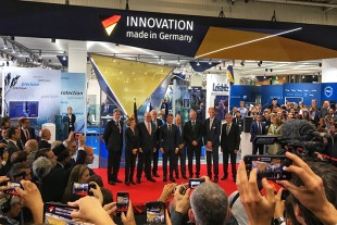 Gathering at the German Pavilion: Among other representatives of the industry, Willi Liebherr (4th from left) met French President Emmanuel Macron (5th from left).