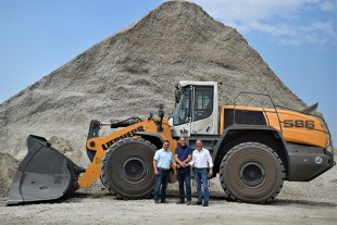 Dowideit Recycling GmbH will also rely on Liebherr wheel loaders in the future. From left to right in the photo, Marcus Morgner (LBV Berlin sales representative), Thomas Dowideit (Dowideit managing director) and Ulrich Klar (LBV Berlin branch manager).