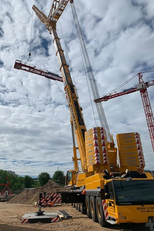 The Liebherr LTM 1450-8.1 dismantled a construction crane in the Gateway Gardens global business village at Frankfurt Airport.