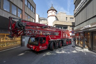 Just in time for the opening of the shops, the extremely manoeuvrable mobile construction crane reverses out of the pedestrian zone of Mainz.