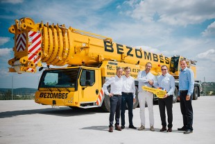 From left to right: Guy Bellec, Francis Ebert (both from Liebherr Grues Mobiles SAS), Benoît Bezombes (Bezombes Niort), Christoph Kleiner, Georg Reinbold (both from Liebherr-Werk Ehingen GmbH).