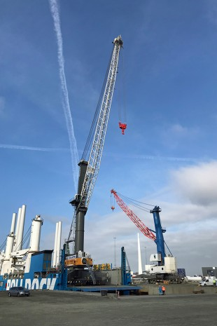 The mobile harbour crane LHM 800 was able to drive off the vessel on its own.