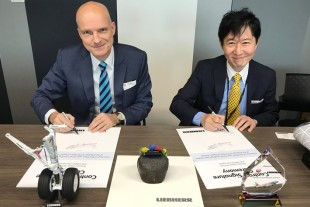 Kojiro Yamashita, VP Procurement of Japan Airlines (right) and Ekkehard Pracht, General Manager Aerospace of Liebherr Singapore, at the contract signature ceremony. - © Liebherr