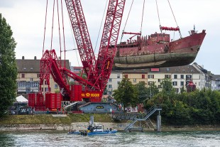 Simply practical – the V-frame was also used in Basel. The retractable folding frame was very useful for hoisting a 550 tonne vessel.