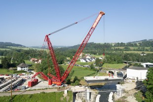 Almost there – the two large hydraulic cylinders extended the derrick ballast to a radius of 28.5 metres for positioning the railway bridge. The maximum possible radius is 30 metres.