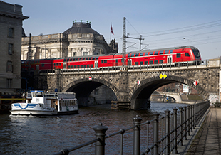 Double-deck coaches of the Deutsche Bahn over the Spree River in Berlin - ©Deutsche Bahn AG / Bartlomiej Banaszak