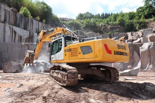The R 956s are used primarily for moving large blocks in the Senones and La Bresse quarries.