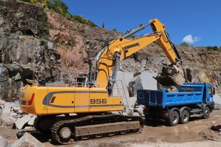 The two R 956 crawler excavators were chosen based on their suitable dimensions and low fuel consumption.