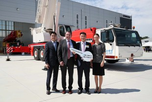 From left to right: Yeung-Yoon Kim (Liebherr Mobile Cranes Korea Ltd.), Christoph Kleiner (Liebherr-Werk Ehingen GmbH), Lee Se-Kyu (Goryeo Cranes Ltd.), Sophie Albrecht (Liebherr-International AG).