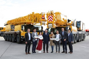 Samsung Heavy Equipment and Liebherr employees at the handover of the first LTM 1230-5.1 in Korea.