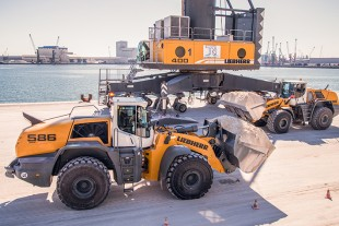A Liebherr L 586 XPower® wheel loader at Terminal Nord in the port of Ravenna.