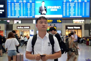 Thanks to advanced technology, it takes Lihai Zhao only around 11 hours with the high-speed train from Shanghai to his family in the southwest of China.