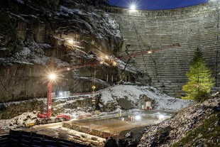 Continuous operation: Work was continuous using a two shift system, at times non-stop from 5 am to 11 pm. The almost 90-year-old and over 100-metre-high Grimsel dam can be seen in the background.