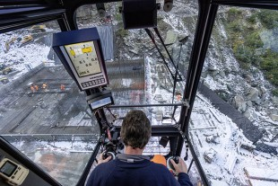 All-round view: Crane operator Heinz Wittwer had a full view of what was happening on the ground from his crane cab and had additional monitor support when necessary.